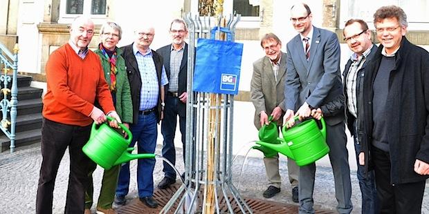 Photo of Apfeldorn zum Geburtstag: BG Lippstadt stiftet zwei Bäume