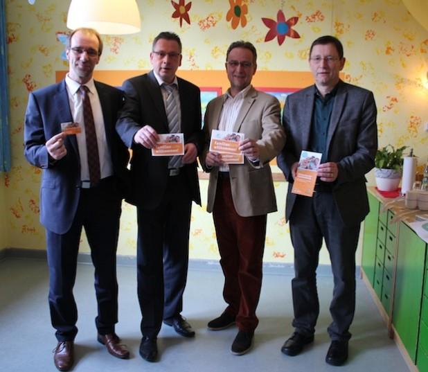 Markus Schäfer, Ralf Schmitt (beide Volksbank Siegerland eG) und Bürgermeister Hans-Peter Hasenstab sowie Stadtrat Udo Hoffmann (v.l.n.r.) - Foto: Stadt Hilchenbach.