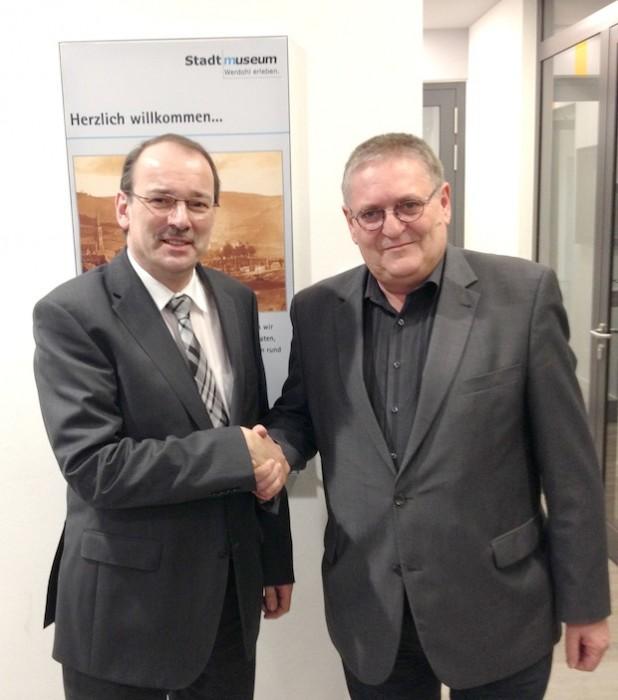 Landrat und Kreisheimatbund-Vorsitzender Thomas Gemke (links) gratuliert seinem neuen Stellvertreter beim Heimatbund, Heiner Burkhardt (Foto: pmk).