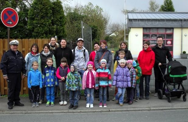 """Die Vorschulkinder des städtischen Familienzentrums """"Die wilde 13"""" übten gemeinsam mit ihren Eltern den künftigen Schulweg (Foto: Stadt Iserlohn)."""