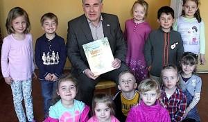 Urmel und Bürgermeister bringen Familienzentrum zum Lachen