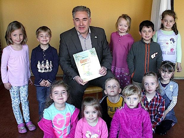 Photo of Urmel und Bürgermeister bringen Familienzentrum zum Lachen