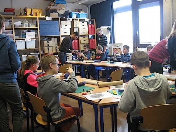 Die Schülergruppen aus Attendorn und Finnentrop im Labor beim Bau der Fernrohre bzw. mit den fertigen Objekten (Foto: Susanne Spornhauer, Natascha Jaspers)