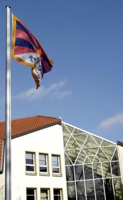 Der Kreis Soest zeigt sich mit dem tibetischen Volk solidarisch und hisst am Montag, 10. März 2014, vor dem Kreishaus die tibetische Flagge (Foto: Kreis Soest).