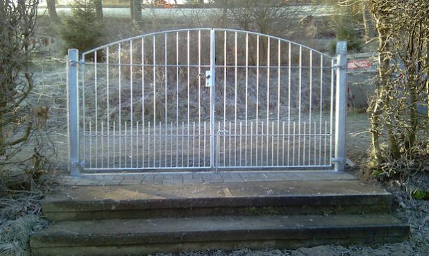 Ein neues Tor ziert seit kurzem den oberen Eingang am Friedhof in Niederdresselndorf (Foto: Gemeinde Burbach).