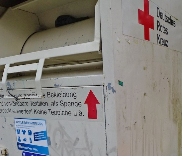 In so gekennzeichnete Container können Kleidung und Schuhe entsorgt werden (Foto: Märkischer Kreis).