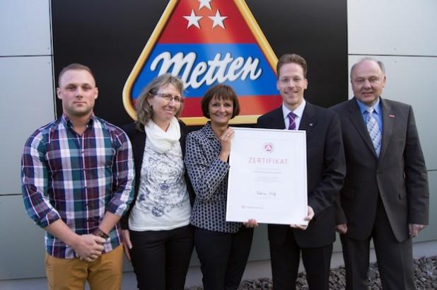 Dr. Bettina Wolf (Mitte) ist begeistert vom Engagement bei Metten Fleischwaren und überreicht mit Jürgen Haßler (rechts) das Zertifikat an Jugend- und Ausbildungsvertreter Dennis Neugebauer, Petra Palla (v.l.) und Tobias Metten (2.v.r.) - Foto: Agentur für Arbeit Siegen.