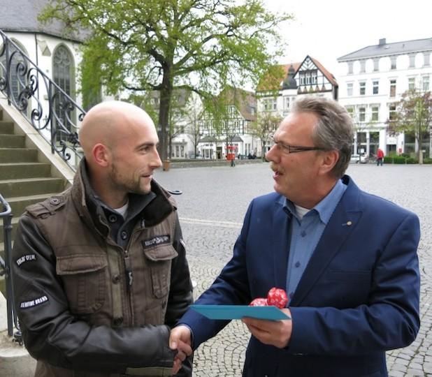 Gerd Ziems, Vorsitzender der Lippstädter Werbegemeinschaft, gratuliert Christian Kleine zum 2. Platz beim Lippstädter Entenrennen (Foto: Stadt Lippstadt).