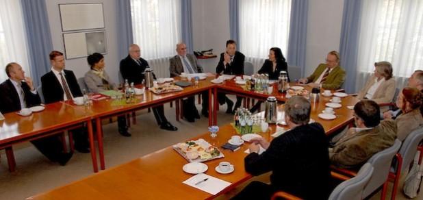 Zum runden Tisch zur Entlass-Situation Sicherheitsverwahrter im Kreishaus begrüßte Landrätin Eva Irrgang (7. v.l.) Ministerialrat Frank Blumenkamp (6. v.l.), Referatsleiter Behandlungsvollzug des NRW-Justizministeriums (Foto: Wilhelm Müschenborn/Kreis Soest).