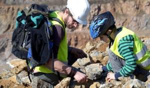 Fossilien- und Mineraliensuche für Kinder im Steinbruch