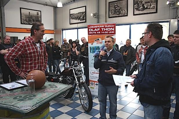 Die Verlosung der Gewinne der www.spendenaktion-motorrad.de mit Andreas Bergerforth, Olaf Thon und Arnd Dickel beim Open House von Thunderbike H-D Hamminkeln (Foto: DRK-Kinderklinik Siegen gGmbH).