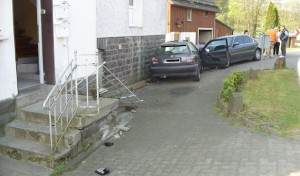 Autofahrer kollidiert mit Wohnhaus