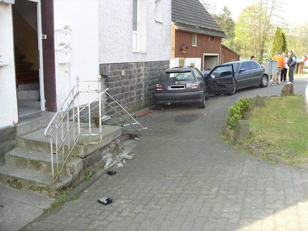 Photo of Autofahrer kollidiert mit Wohnhaus