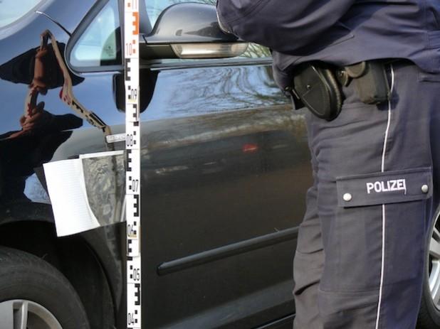 Untersuchungen mit der Spurfix-Folie (Foto: Kreispolizeibehörde Soest).