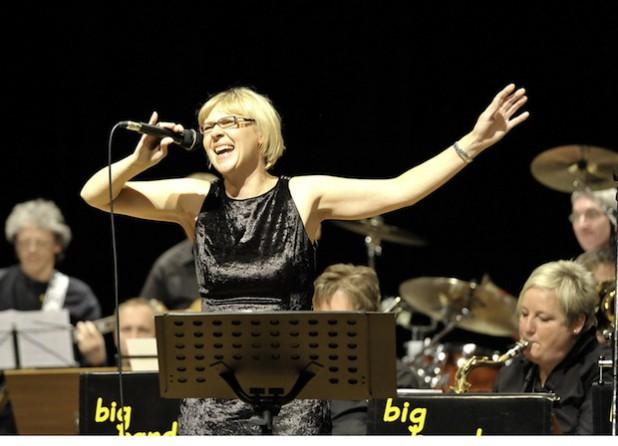 Die Bigband Swingsound aus Kierspe mit Sängerin Michaela Neunz (Foto: Mirko Langenscheidt).