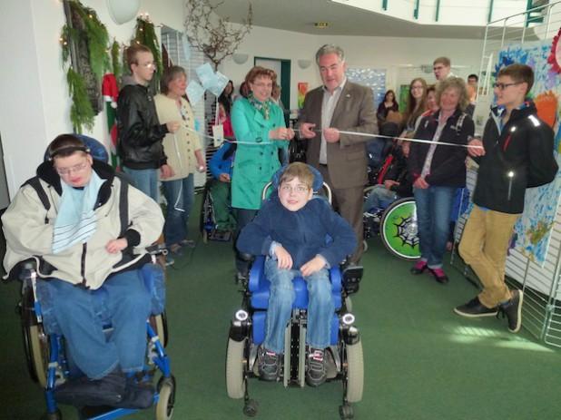 Gemeinsam mit den Schülerinnen und Schülern eröffnete Olsbergs Bürgermeister Wolfgang Fischer die Ausstellung (Foto: Schule an der Ruhraue).