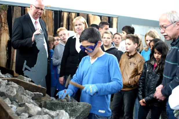 Bürgermeister Ralf Péus, Museumsleiterin Sandra Fischer und Mitarbeiter Peter Penkert ließen die Schüler aus Dillenburg ganz praktisch nachvollziehen, welche Arbeiten die Kinder im Bergbau verrichten mussten (Foto: Gemeinde Bestwig).