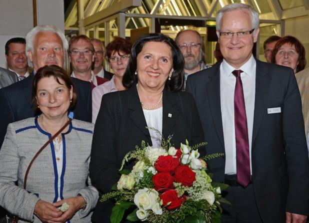 Landrätin Eva Irrgang nahm am Sonntagabend nach ihrem Wahlerfolg im Kreishaus Gratulationen entgegen (Foto: Judith Wedderwille/Kreis Soest).