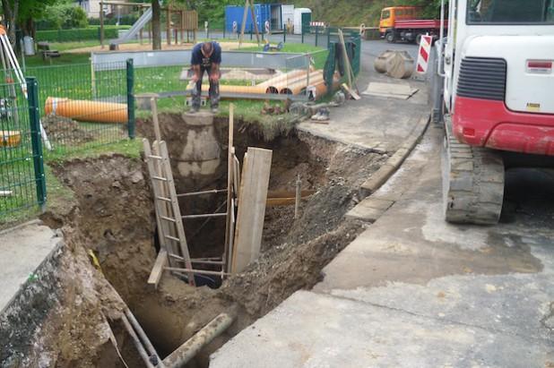 In der Niederdielfer Gartenstraße wird der Mischwasserkanal in offener Bauweise teilerneuert - Foto: Gemeinde Wilnsdorf