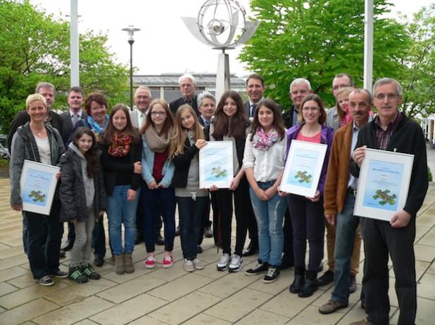 Eine ganze Preisträgerschar freut sich über den Erhalt des Klimaschutzpreises 2013 (Foto: Gemeinde Neunkirchen).