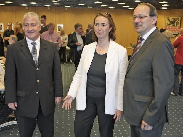 Verfolgten gespannt die Auszählung (von links): Lutz Vormann (SPD), Angela Freimuth (FDP) und Landrat Thomas Gemke (CDU) - Foto: Hendrik Klein/Märkischer Kreis.