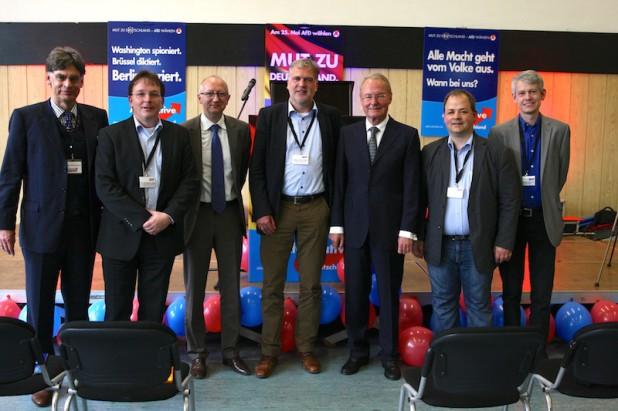 Der Vorstand der AfD im Kreis Olpe zusammen mit den Rednern. VlnR: Dr. Michael Balke, Dr. Burkhard  Ledig, Reiner Rohlje, Klaus-Peter Berg, Hans-Olaf Henkel, Sven Oliver Rüsche, Dr. Dominik Burghardt.