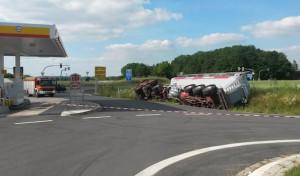 Werl: Gefahrguttransporter rutscht in Graben