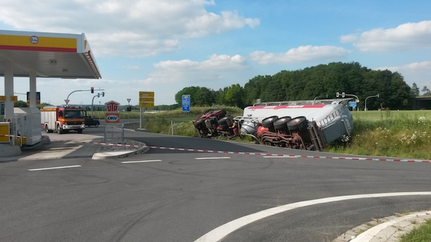 Photo of Werl: Gefahrguttransporter rutscht in Graben