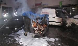 Wickede: Mülltonnen und Fahrzeug ausgebrannt