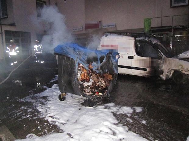 Photo of Wickede: Mülltonnen und Fahrzeug ausgebrannt