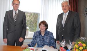 Susanne Veltins trägt sich ins Ehrenbuch der Stadt Meschede ein