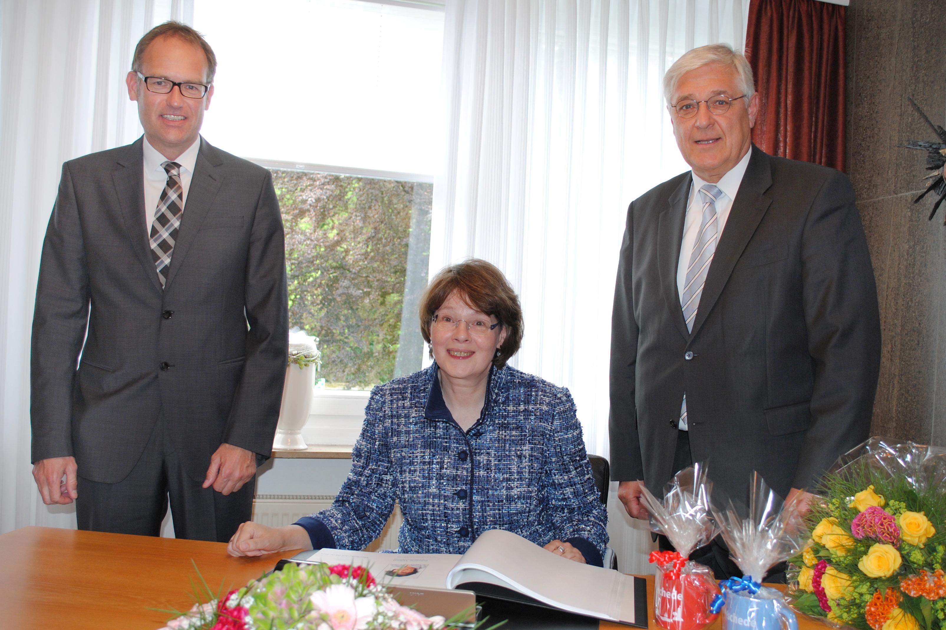 Photo of Susanne Veltins trägt sich ins Ehrenbuch der Stadt Meschede ein