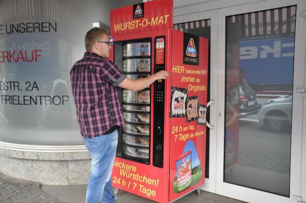 """Der neue """"Wurst-O-Mat"""" an der Bamenohler Straße in Finnentrop bietet Würstchen-Genuss auf Knopfdruck – und das rund um die Uhr (Foto: Metten Fleischwaren GmbH & Co. KG)."""