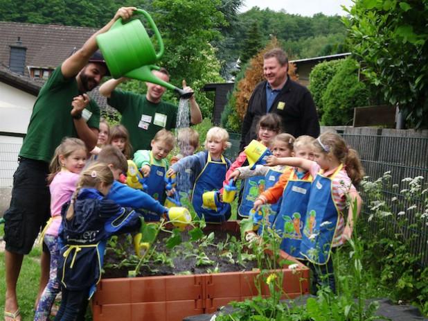 Die Kinder des DRK-Kindergartens Flammersbach bei der Einweihung ihres eigenen Hochbeetes für Gemüse (Foto: DRK-Kreisverband Siegen-Wittgenstein e.V.).