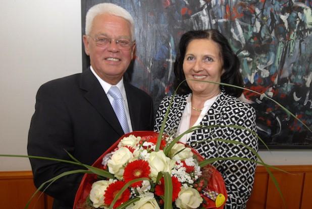 Zu Beginn der konstituierenden Kreistagssitzung für die Wahlperiode 2014 bis 2020 am 24. Juni 2014 ist Landrätin Eva Irrgang für ihre zweite Amtszeit durch den Altersvorsitzenden des Kreistags, Horst Bernsdorf, vereidigt worden (Foto: Wilhelm Müschenborn/Kreis Soest).