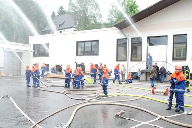 """""""Wasser marsch!"""" aus allen Strahlrohren (Foto: Freiwillige Feuerwehr Lennestadt)."""