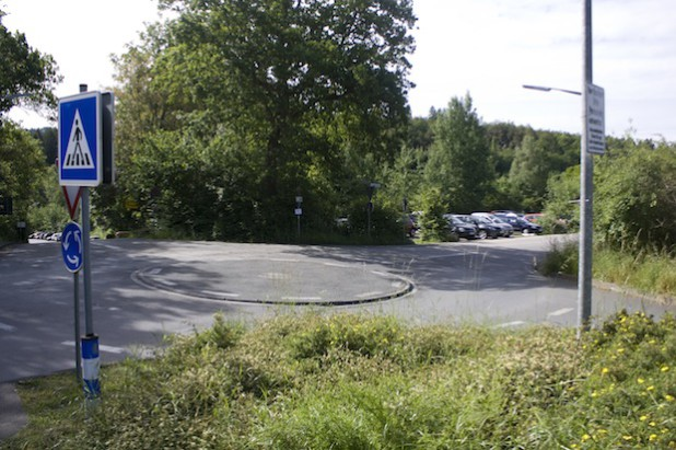 Wo jetzt noch Autos parken, spielen bald 55 Kinder: Die Diakonie in Südwestfalen baut auf dem Gelände neben dem Kreisel oberhalb des Diakonie Klinikums Jung-Stilling eine neue Kindertagesstätte (Foto: Diakonie in Südwestfalen  gGmbH).