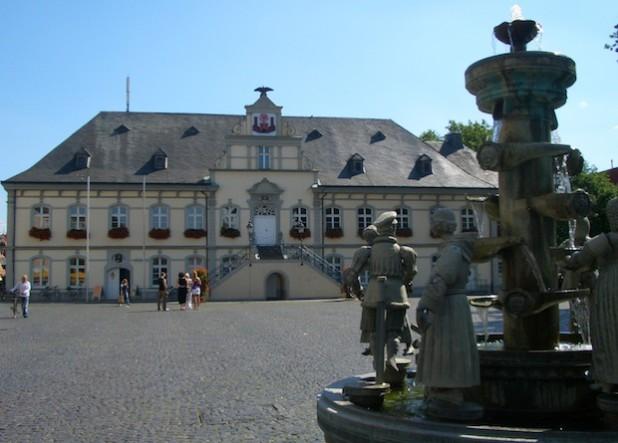 Das Rathaus mit dem Bürgerbrunnen (Foto: Stadt Lippstadt).