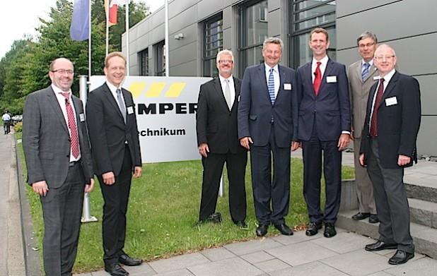 Von links nach rechts: Wolfgang Strasser (@-yet GmbH), Jörn Lehmann (Plattform Industrie 4.0), Ferdinand Hasse (Phoenix Contact GmbH & Co. KG), Axel Barten (Vizepräsident der IHK Siegen), Prof. Dr. Günther Schuh (Werkzeugmaschinenlabor WZL der RWTH Aachen), Dr. Roland Blumenthal (Gebr. Kemper GmbH + Co. KG) und Hans-Jürgen Alt (ProduktionNRW, VDMA) - Quelle: Industrie- und Handelskammer Siegen.