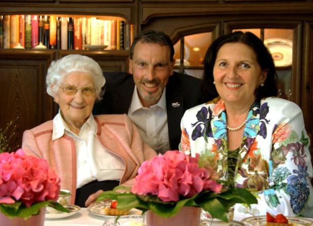 Am 7. Juli 2014 feierte Hedwig Knierbein ihren 101. Geburtstag mit Kaffee und Kuchen im Kreise der Familie. Auch Landrätin Eva Irrgang und Lippetals Bürgermeister Matthias Lürbke gratulierten der Herzfelderin zu ihrem Ehrentag (Foto: Paul Knierbein/Kreis Soest).