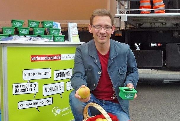 """Photo of Aktion """"Äpfel für Abfall"""" am Schadstoffmobil"""