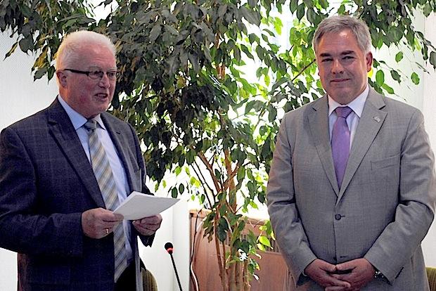 Wolfgang Fischer (re.) legte in der jüngsten Sitzung des Stadtrates vor seinem Stellvertreter Karl-Josef Steinrücken  den Amtseid als Olsberger Bürgermeister ab (Foto: Stadt Olsberg).