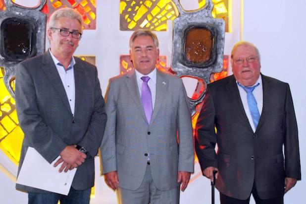 Bürgermeister Wolfgang Fischer verabschiedete Willi Judith (re.) und Heinz Potthoff (li.) aus ihren Ämtern als Ortsvorsteher (Foto: Stadt Olsberg).