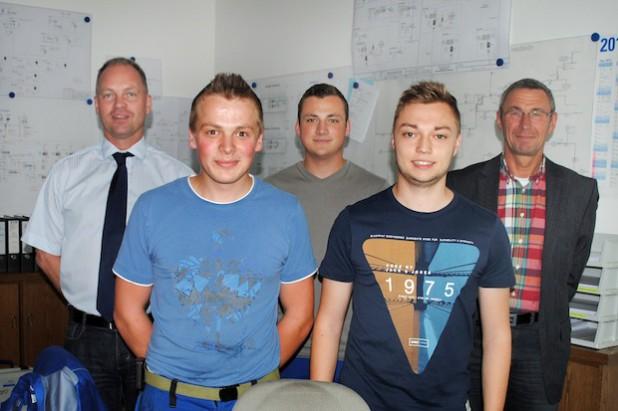 Ausbildung erfolgreich abgeschlossen: André Beckmann, Maxi Rüntker und Julian Schnettler - hier mit den Geschäftsführern Christoph Rosenau (links) und Robert Dietrich (rechts) - verstärken ab sofort das Team der Hochsauerlandwasser GmbH (Foto: Hochsauerlandwasser GmbH).