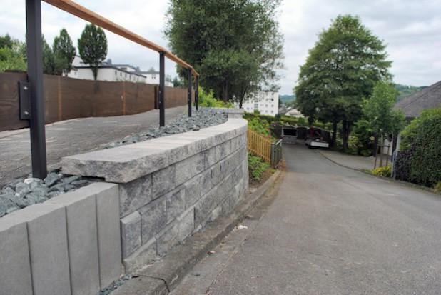 Eine Stützwand aus Elementsteinen: Das Team des Bauhofs hat in den vergangenen Wochen die Böschung an der Zufahrt zum Velmeder Kommunalfriedhof neu gestaltet (Foto: Gemeinde Bestwig).