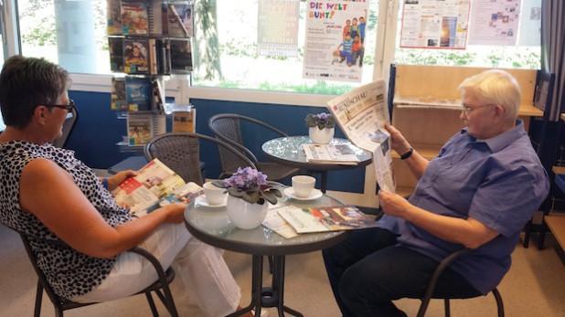 Die Bibliotheksmitarbeiterinnen Magdalene Kotthoff und Ursula Jung empfehlen das Lesecafé der Bücherei zum Stöbern in vielen interessanten Zeitschriften-Abos (Foto: Stadtbücherei Meschede).