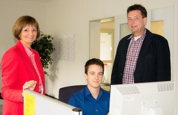 Malermeister und Schützenmajor Peter Liese (rechts) und Dr. Bettina Wolf unterstützen Sascha Eich bei seiner Jobsuche (Foto: Agentur für Arbeit Siegen).