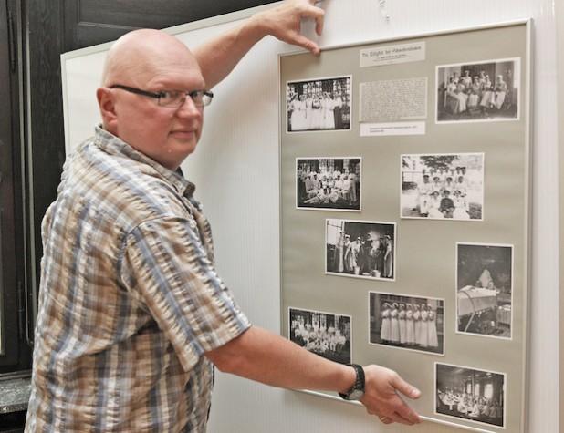 Diplom-Kreisarchivar Ulrich Biroth baut die Ausstellung auf (Foto: Hendrik Klein/Märkischer Kreis).