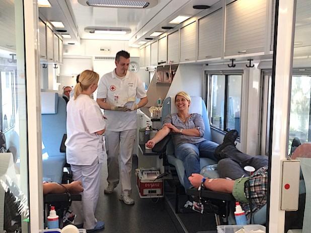 Eisenbau-Krämer-Mitarbeiterin Vanessa Fick hat es sich nicht nehmen lassen, vor dem Deutschlandspiel gegen die USA noch einen halben Liter Blut zu spenden (Foto: DRK-Kreisverband Siegen-Wittgenstein e.V.).
