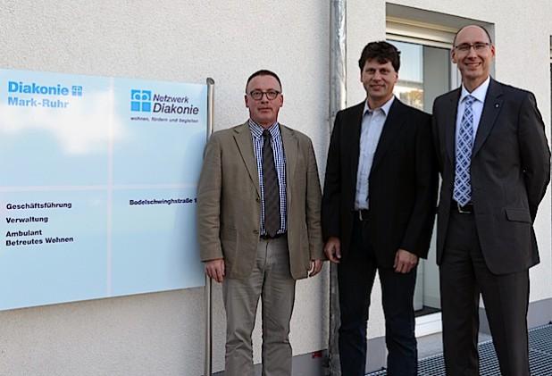 Christian Müller (Mitte) arbeitet seit 1996 bei der Netzwerk Diakonie und ist jetzt neuer Geschäftsführer. Vorgestellt wurde er von Volker Holländer (rechts), kaufmännischer Geschäftsführer der Diakonie Mark-Ruhr, und Pfr. Martin Wehn, theologischer Geschäftsführer der Diakonie Mark-Ruhr. Die Netzwerk Diakonie gehört als Gesellschaft zum Unternehmensverbund der Diakonie Mark-Ruhr (Foto: Diakonie Mark-Ruhr gemeinnützige GmbH).